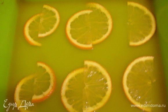 Процедить полученную смесь и вылить в форму (дно формы смазать растительным маслом). Поставить форму с желе в холодильник для охлаждения на 30-40 мин.