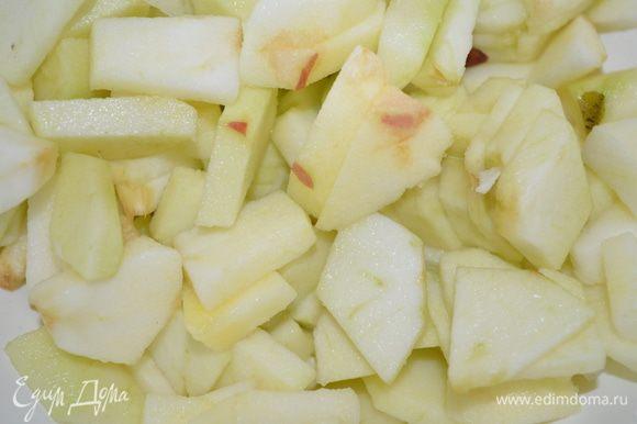 яблоки моим, чистим и режем на маленькие кубики.