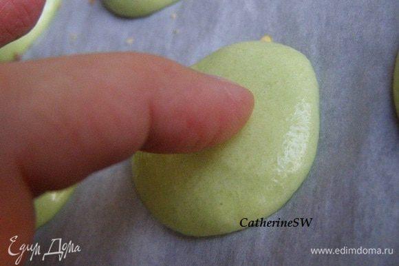 Оставим макарон на полчаса-час, чтобы они покрылись плотной корочкой. Проверить можно пальцем. Если не липнет, значит можно выпекать.