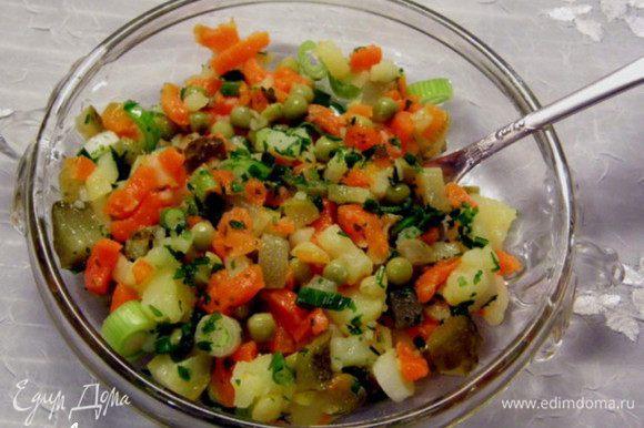 Перед подачей на стол выложить нужное количество салата в салатник, посыпать зеленью, посолить, поперчит и полить ароматным маслом. Перемешать. Всё готово! Приятного аппетита!