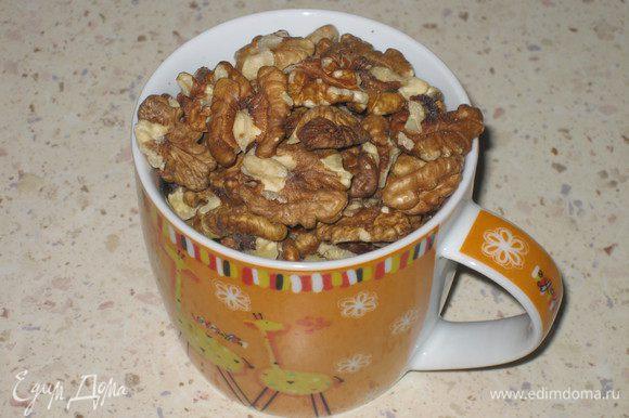 В это время заготовьте грецкие орехи. Я предпочитаю измельченные в мелкую крошку, но у всех вкусы разные, можно просто порубить. В случае крошки орех просто станет добавлением ко вкусу, а не самостоятельной единицей начинки.
