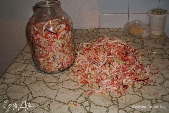 Нашинковать капусту (лучше вручную, так вкуснее. Пробовала в блендере нашинковать - хорошо, быстро, но вкус не тот). А вот морковь можно натереть в блендере на крупной терке. Перемешать и складывать в банку, слегка утрамбовывая. Так заложили все 1.5 кг капусты с морковью в банку.