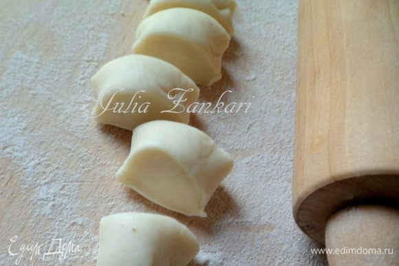 Замешиваем мягкое тесто, кладем в полиэтиленовый мешочек и отправляем в холодильник, пока будем делать фарш. Отлежавшееся тесто делим на части, сктаваем руками тонкий жгутик и нарезаем кусочки.