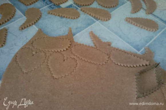Раскатываем тесто в пласт толщиной 5 мм и вырезаем фигурки печенья (можно просто круглое стаканом).