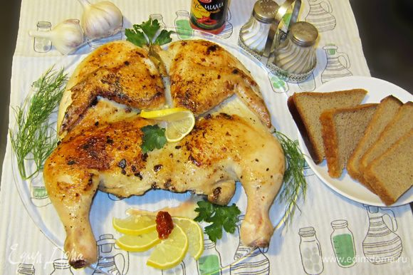 Переложить готового цыпленка на блюдо, сбрызнуть лимоном и подавать, украсив зеленью. И вот такая красота получается!