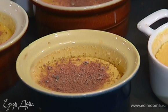Готовое крем-брюле полностью остудить, посыпать сахаром демерара и отправить под гриль на 2 минуты.