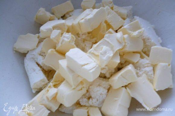 Приготовить тесто:творог размять,добавить размягченный маргарин и хорошо растереть .