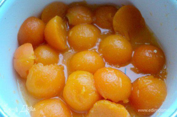 Шарики из тыквы залить водой и проварить 5 мин., быстро охладить. Смешать мед, коньяк и сок с ½ лимона, замариновать в нем шарики из тыквы.