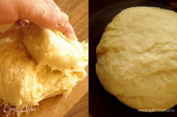 На рабочую поверхность просеять горкой муку с солью,в середине сделать углубление. Смешать масло,яйцо,мёд и тёплое молоко. Вылить в углубление смесь и опару и аккуратно замесить липкое тесто. Месить не менее 20 минут и тесто перестанет липнуть. Положить тесто в глубокую миску,затянуть миску пищевой плёнкой и убрать в тёплое место на 20-30 минут.