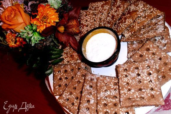 Рядом на тарелочке поданы домашние хлебцы из ржаной муки,вместо хлеба!(http://www.edimdoma.ru/retsepty/48952-hrustyaschie-rzhanye-hlebtsy-nazad-v-sssr)