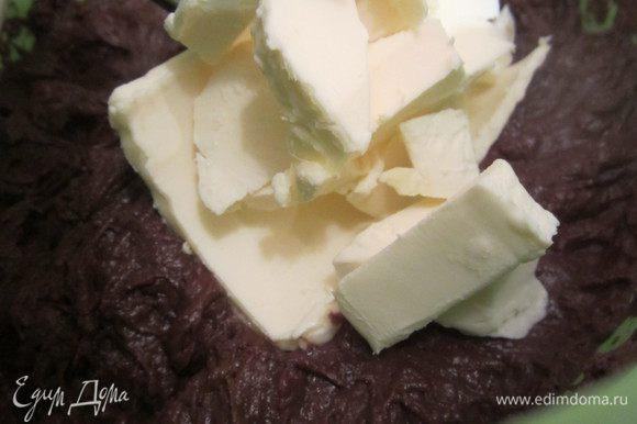 Затем добавьте порезанное на кубики сливочное масло и взбейте миксером.