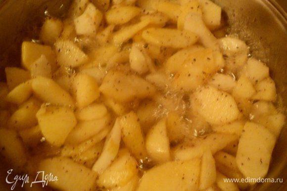 Яблоки разрезать на четвертинки, почистить от кожицы и семян и порезать пластинками. На сковороду высыпать 90 г сахара, добавить 40 г воды и варить до начала карамелизации сахара.Выложить к сахару яблоки и тушить, помешивая, 7-8 мин. В конце добавить корицу, перемешать и охладить.