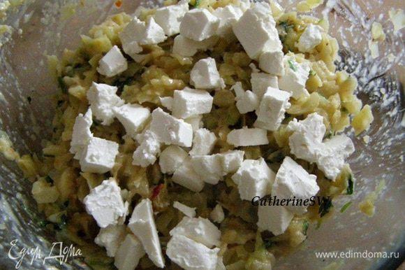 Сыр нарезать кубиком, добавить к капусте.