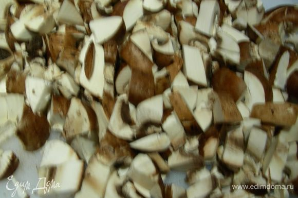 Если Вы используете сушеные грибы, то их нужно предварительно замочить минут 30 в горячей воде. Грибы режем довольно мелко. Добавляем их в кастрюлю. А также добавляем петрушку, тимьян и мелкопорезанный лук-порей. Накрываем крышкой и готовим, помешивая, минут 5. После этого открываем крышку и готовим еще минут 5 до испарения жидкости.