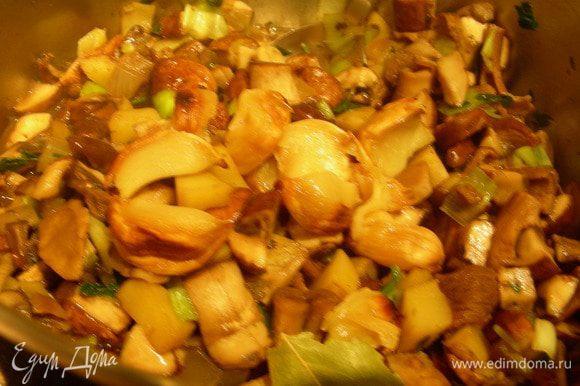 Добавляем чесночную пасту, картофель (если у Вас был вареный), бульон, белое вино, лавровый лист. Солим, перчим по вкусу. Готовим 10 минут.