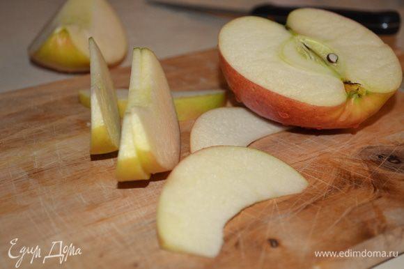 Яблоко или грушу режем на тоненькие ломтики