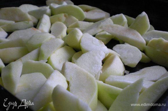 Яблоки моем, очищает от кожуры и режем небольшими кусочки, выкладываем на второй противень. Отправляем лук и яблоки для карамелизации в духовку на 15 минут.