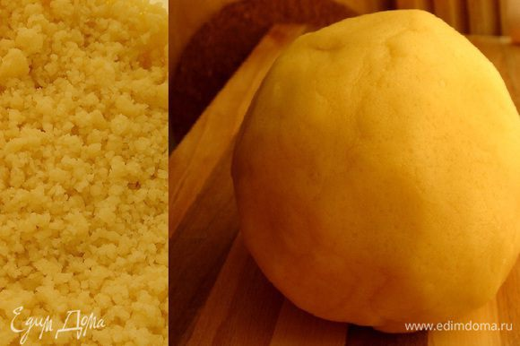 Муку смешать с разрыхлителем ,а затем и с масляной смесью. Собрать тесто в шар и отложить на 5-7 минут.