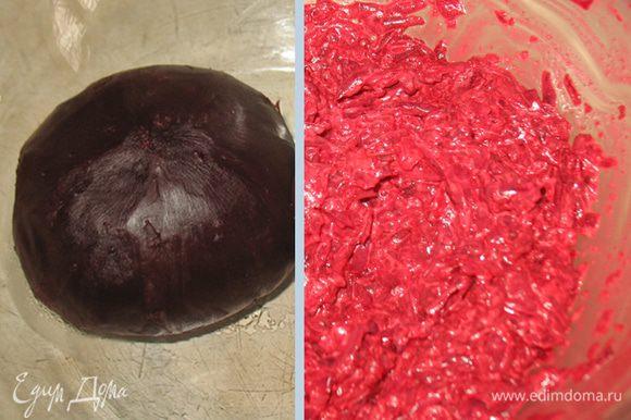 Отварить /запечь/ свеклу. Натереть на мелкой или крупной терке. Смешать майонез со сметаной и чесноком. Смешаем свеклу и майонезную смесь, соль, перец.
