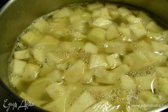 Добавляем бульон, доводим до кипения, затем уменьшаем огонь и готовим минут 15. После этого добавляем сливки и готовим еще 10 минут. Превращаем суп в пюре.