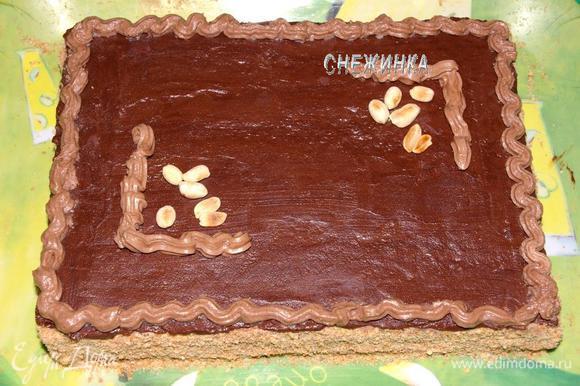 Оставленный нами крем кладём в кондитерский мешок с насадкой «звёздочка» и рисуем вначале борт по всему периметру торта.