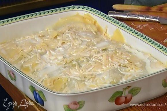 Накрыть лазанью оставшимся тестом, присыпать крупно натертым пармезаном и залить все сливками.