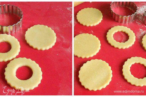 В миске взбейте масло и сахар до светлой кремовой массы, добавьте просеянную муку и рисовую, продолжайте перемешивать до однородности. Соберите тесто в шар, заверните в плёнку и оставьте на 30 мин при комнатной t. На присыпанной мукой поверхности раскатайте тесто до 1 см толщиной. Круглой формочкой в 10 см вырежьте 12 дисков, затем маленькой формочкой в 2,5 см на 6 дисках вырезать середину.
