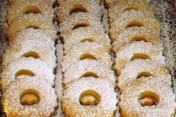 Остудить печенье на противне и посыпать сахарной пудрой. Приятного аппетита:)