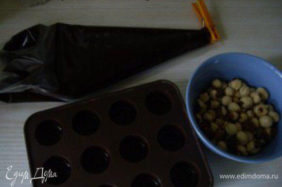 Переложила теплый шоколад в кондитерский мешок, без насадки. Форму охладила.