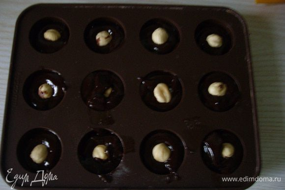 Выдавливала в форму для конфет, добавляла орешек и в морозилку на 20 мин. Вынула из формы конфеты, часть посыпала какао.