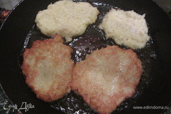 В сковороде оазогреть подсолнечное масло, выкладывать получившуюся смесь на сковороду при помощи столовой ложки и обжаривать с двух сторон.