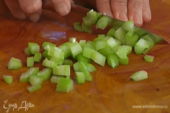 Стебли сельдерея мелко порезать.