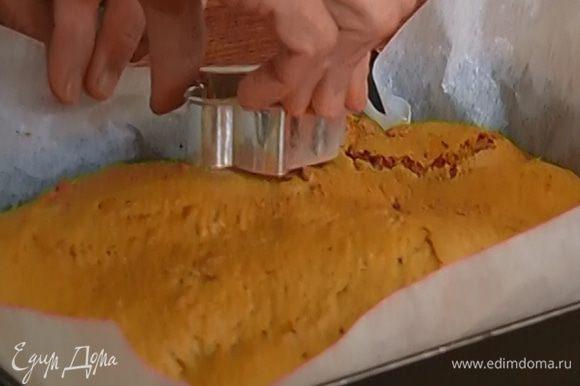Фигурными формочками вырезать из готового пласта теста пряники.
