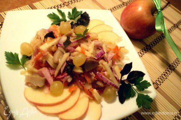 Смешать все ингредиенты салата, полить заправкой. При подаче украсить листиками базилика и петрушки. Приятного аппетита!