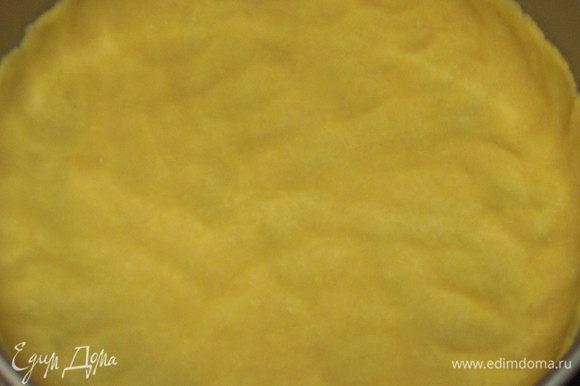 Дно разъёмной формы смазать оливковым маслом и выложить тесто, сделав бортик высотой 3 - 4 см.