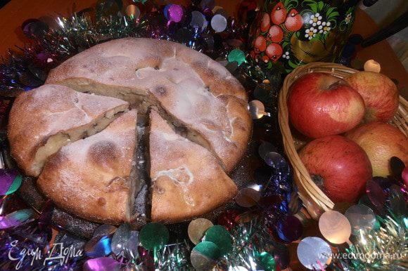 А раз все составляющие пирога навевают праздничное настроение,то и украсим его новогодней гирляндой и ставим кофе!