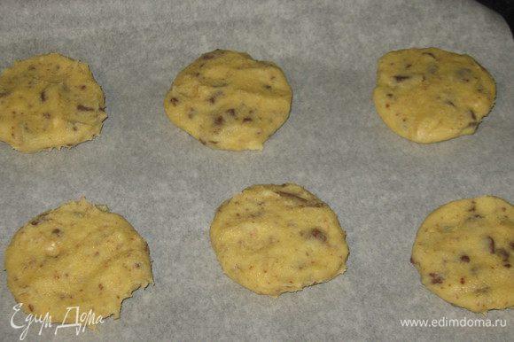 Сформировать шарики( по размеру чуть больше грецкого ореха) и слегка прижать. Выложить печенье на противень с пергаментом и выпекать в разогретой до 180 °С духовке 12-15 минут. Остудить печенье на решётке. Приятного аппетита:)