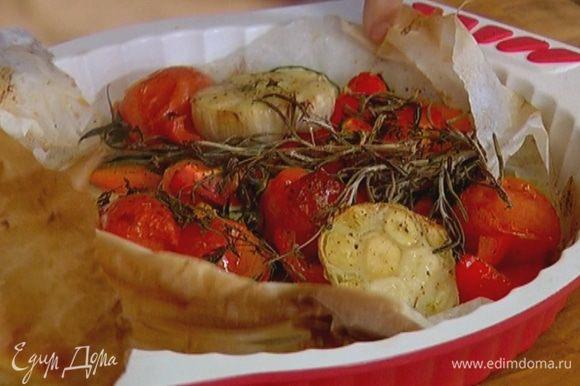 Готовые овощи вынуть из духовки, удалить розмарин и тимьян.