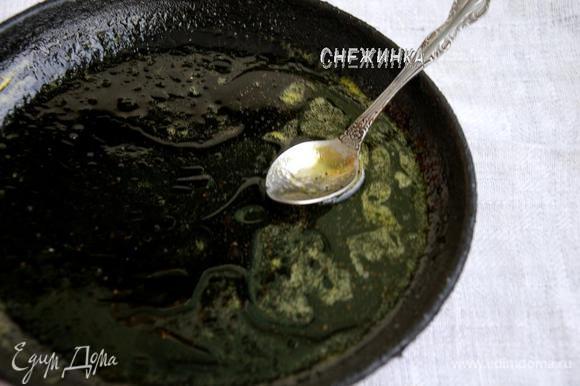 В сироп на сковороде добавляем сок апельсина и увариваем минуту-две на небольшом огне, всё зависит от количества сока. Добавляем 2 ст.л. растительного масла, приправляем перцем и перемешиваем.