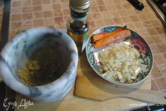 Обжарить репчатый лук в отдельной сковороде, запечь морковку в духовке. Растолочь в ступке фисташки.