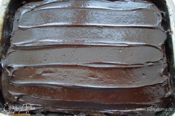 Щедро смазать пирог кремом и охладить.