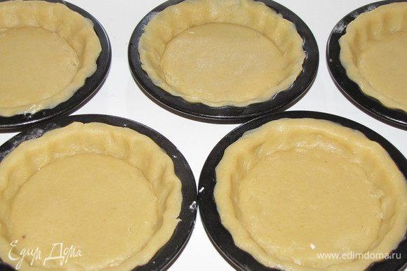 Уложите тесто в формочки и разровняйте, чтобы оно плотно село по форме, излишки срежьте.