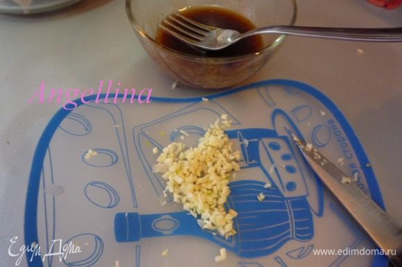Зубочек чеснока мелко нарезать и добавить его в маринад. Перемешать.