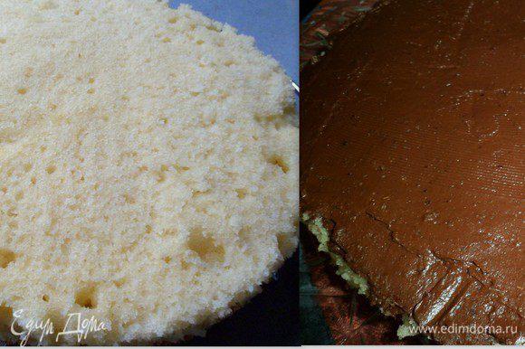 бисквит разрезаем и смазываем шоколадным кремом.оставив немного крема (см.ниже для чего)