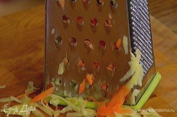 Картофель и морковь почистить и натереть на крупной терке.
