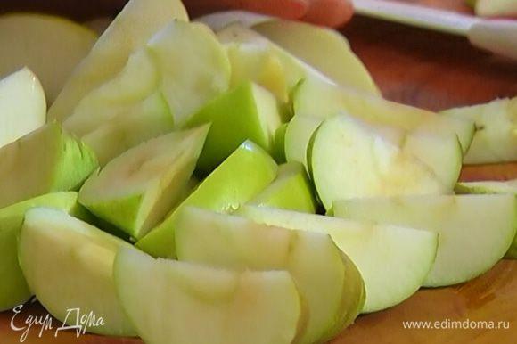 Яблоки, удалив сердцевину, нарезать дольками и выложить на утиные ножки.