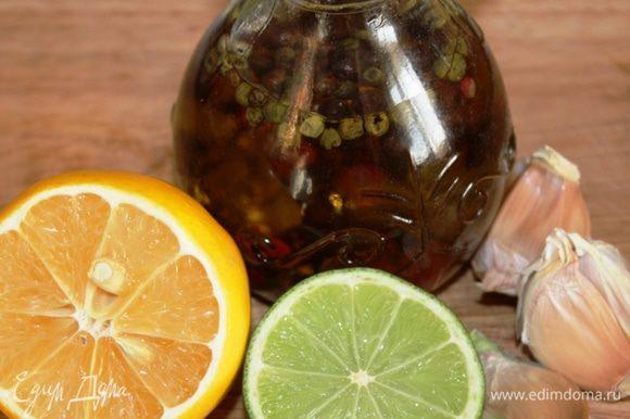 Для чесночной заправки соединить сок и цедру лимона и лайма, добавить оливковое масло и чеснок, соль и перец.