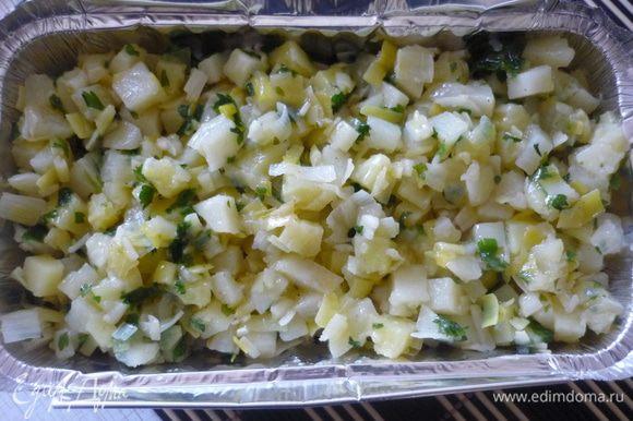 Форму смазать маслом. На дно выложить половину овощной смеси, затем слой рыбы и остальные овощи. Сбрызнуть оливковым маслом. Посыпать тёртым сыром.