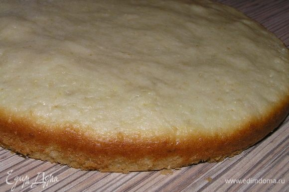 Тесто выложить в разъемную форму для выпечки (у меня Ф18см), застеленную кулинарной бумагой (у меня только дно, бока смазала маслом). Выпекать при 180*С около 20-25 минут. Остудить.