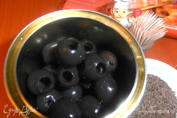 Оливки нужны без косточек!Сливаем с них жидкость(я использую в борщ!)
